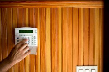 adjusting thermostat to keep house cool